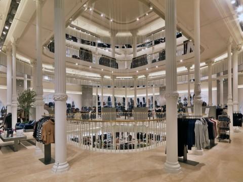 imagen del interior de la tienda de Zara en Via del Corso (Roma)