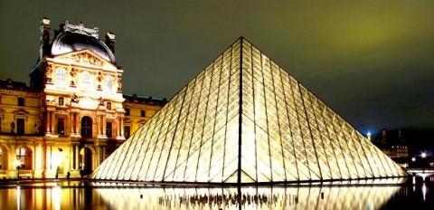 imagen del museo Louvre de Paris de noche